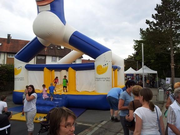 Attraktion beim Stadtteilfest: die Hüpfburg auf der gesperrten Konrad - Adenauer - Straße