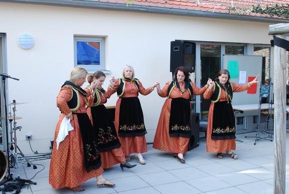 Beim Stadtteilfest: Eine griechische Tanzgruppe, die sich in St. Markus trifft