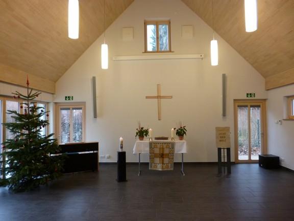 Im Saal wird Gottesdienst gefeiert, aber auch Kaffee getrunken oder Hausaufgaben betreut.