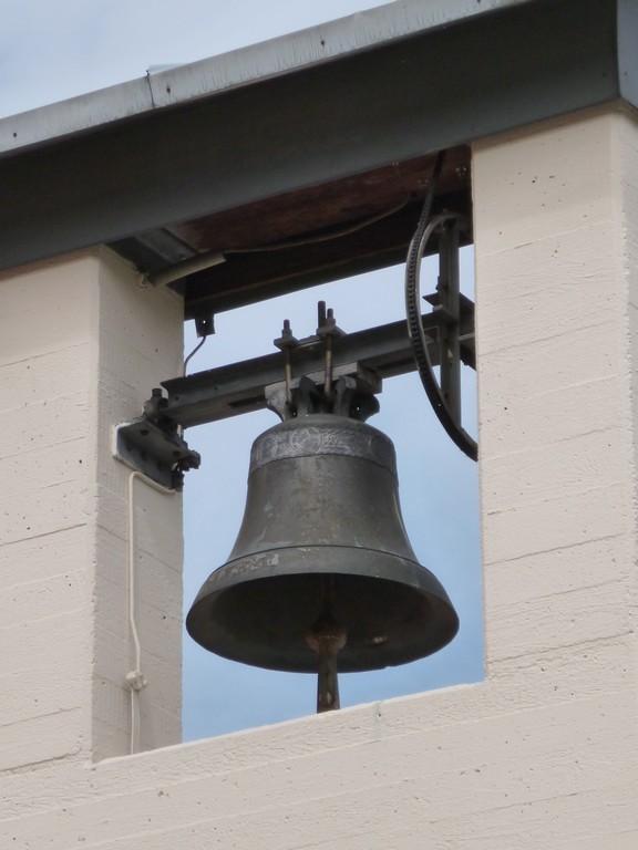 Die Glocke wie der Glockenträger stammen noch vom vorherigen Bau