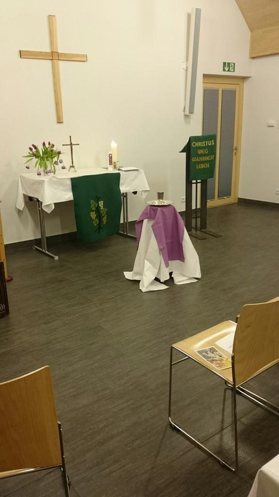 Altarraum St. Markus - festlich geschmückt für eine Taufe