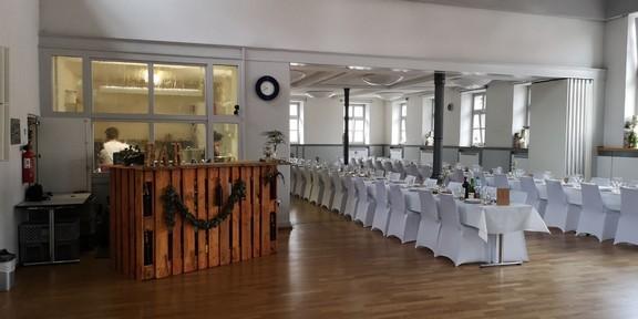 Blick zur Küche und zum geöffneten Sophie Scholl Saal. Hochzeit für 170 Gäste