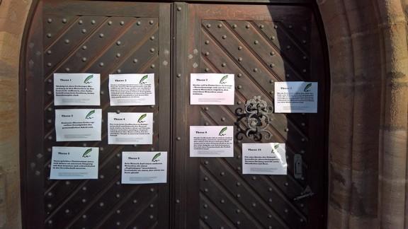 Die 10 Thesen mit dem meisten Zustimmungspunkten hängen jetzt an unserer Kirchentüre